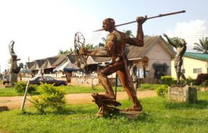 Benin City: Alley adorned with statues in the University area